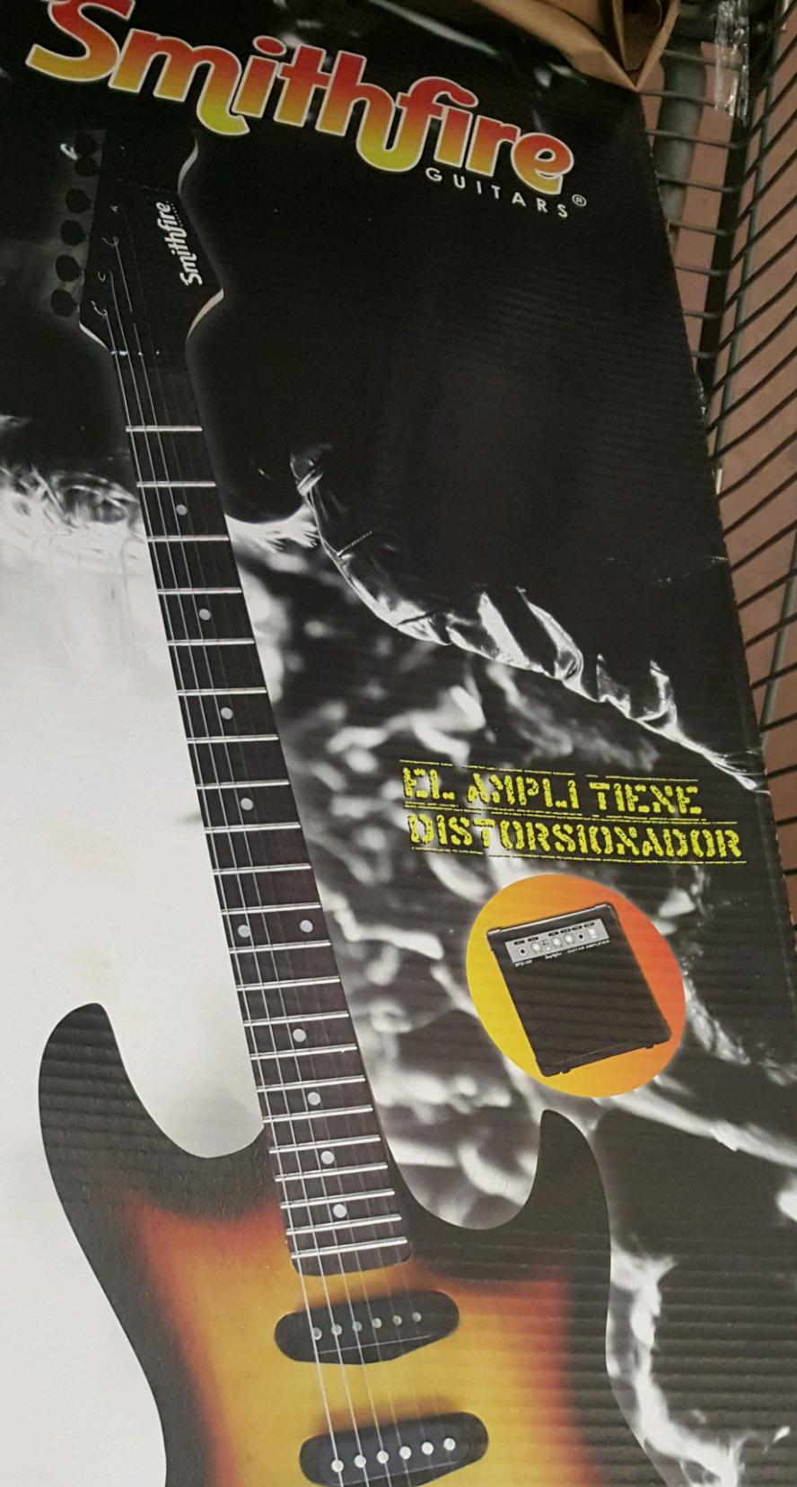 Walmart Poza Rica Gran Patio: guitarra electrica $1,999 con amplificador