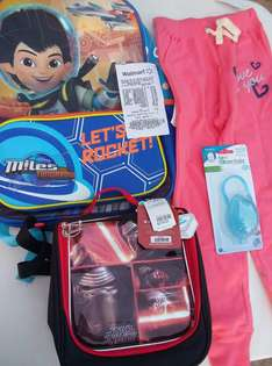 Walmart: mochila y lonchera $35, pantalon $20 y guardachupon $10