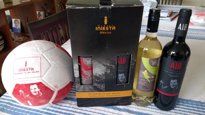 Superama Zapata Cuernavaca: Juego dos botellas vino Iniesta + balon de futbol en segunda rebaja