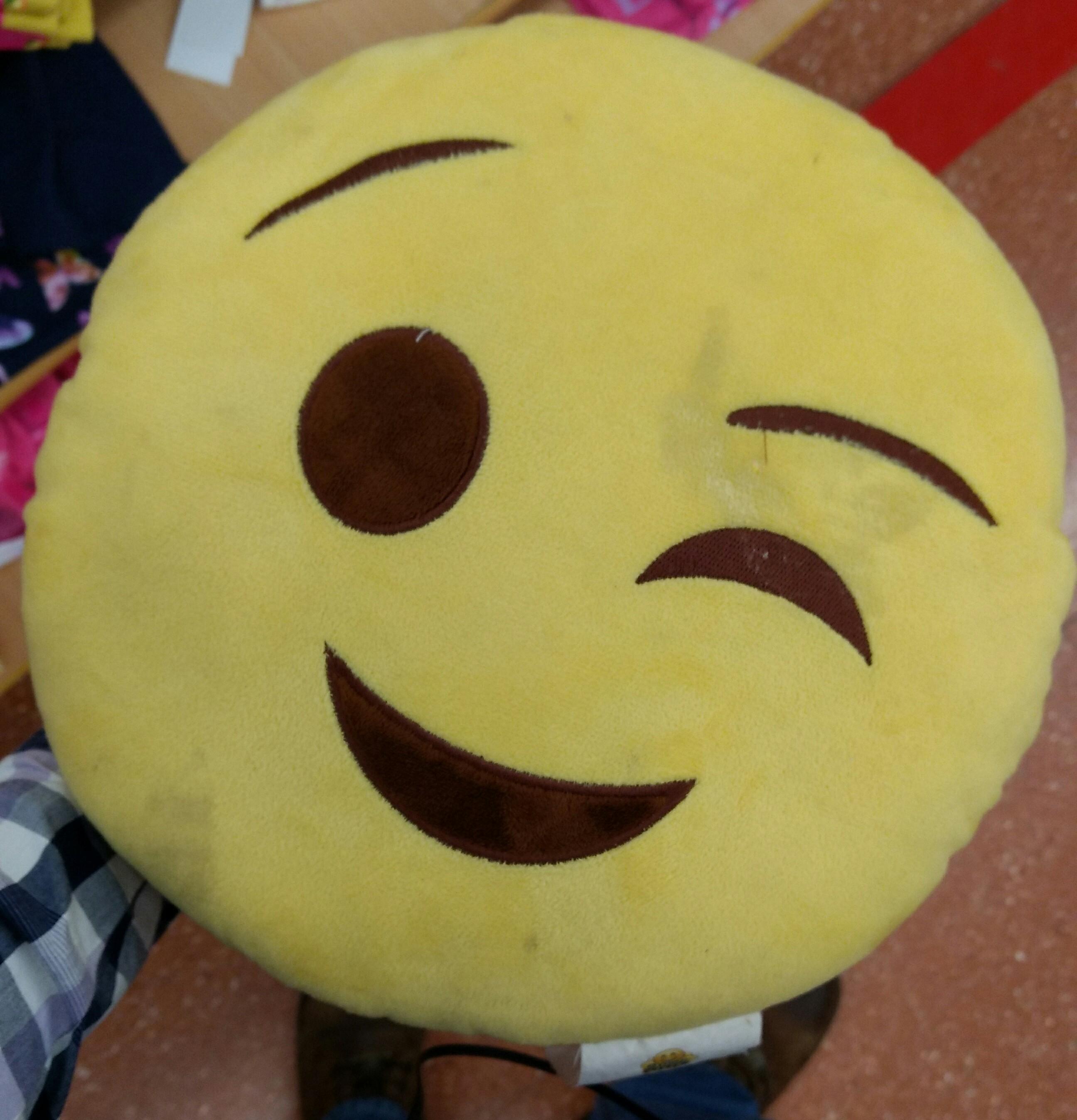 Walmart: Cojin emoji  a $16.01