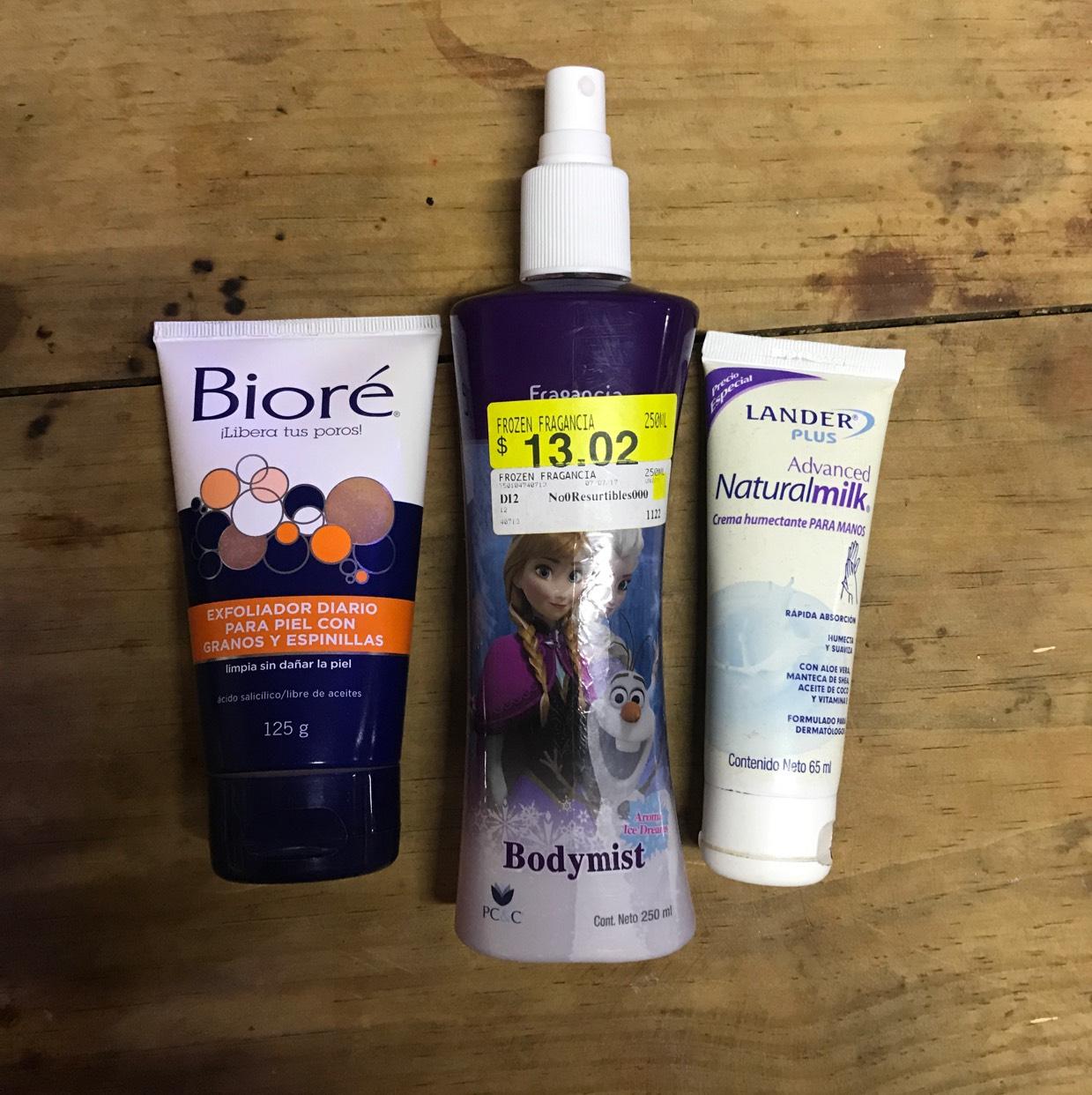 Bodega Aurrerá: Exfoliante Bioré, fragancia corporal y crema para manos. También un saco para box (ticket extraviado).