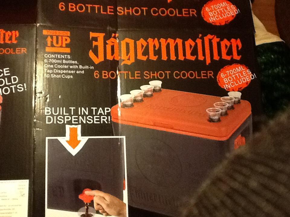 Sam's Club: Hielera jagermeister con 6 botellas y 50 vasitos $1,089