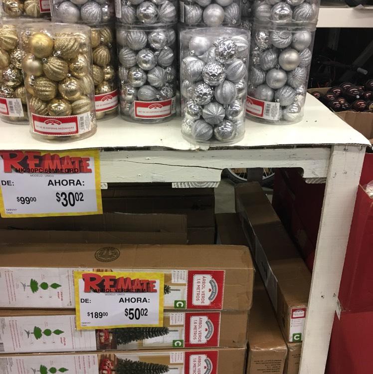 Bodega Aurrerá: liquidación de Árbol de navidad 1.6 mts y esferas
