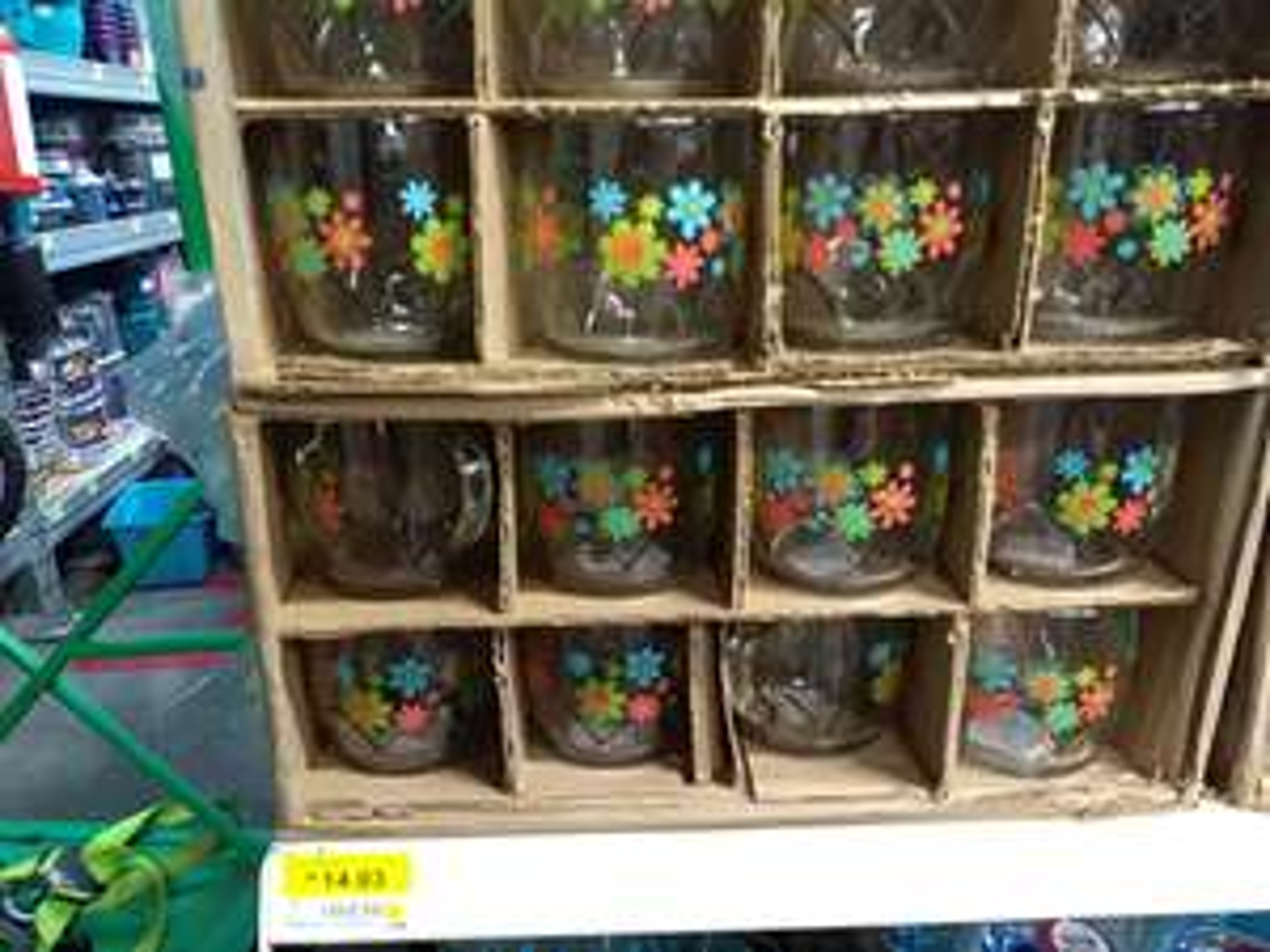 Bodega Aurrerá: Diferentes tazas y vasos con adornos navideños en el área de priichos en bodega aurrera