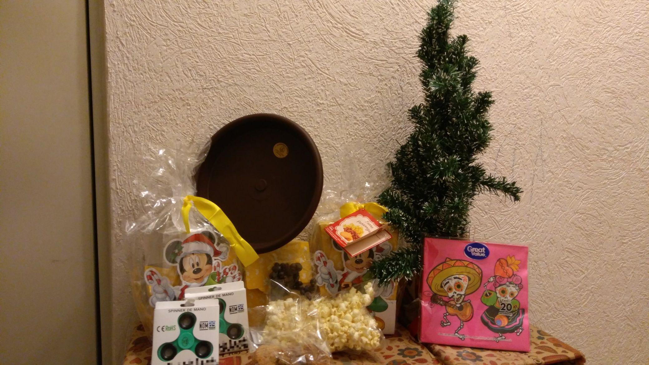Walmart Torres Lindavista: Árbol de navidad 60 cm. ¢1 (unicornio), Torre Disney navideña, spinner, plato p/maceta, servilletas + Promonovela corta