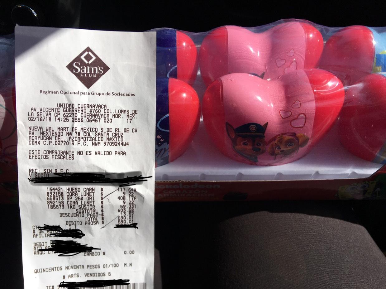 Sam's Club Cuernavaca: Caja con 8 latas de corazón rellenas de chocolate
