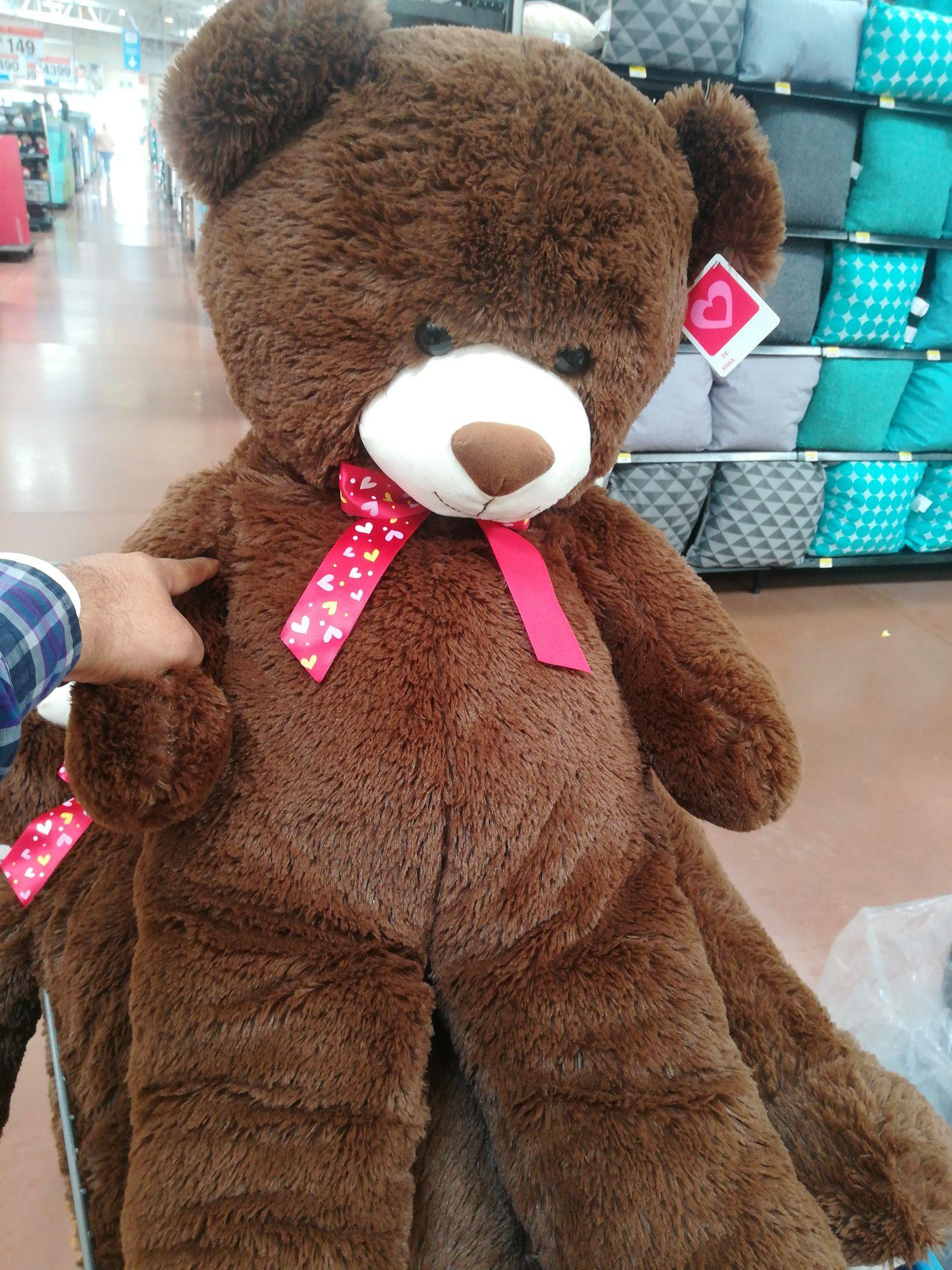 Walmart: Oso de peluche de un metro (moño con corazones y) $99.03