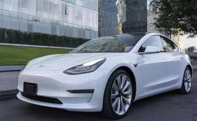TESLA MODEL 3 PERFORMANCE Baja su precio más de 100,000 además agrega autopilot y pintura blanca sin costo extra.