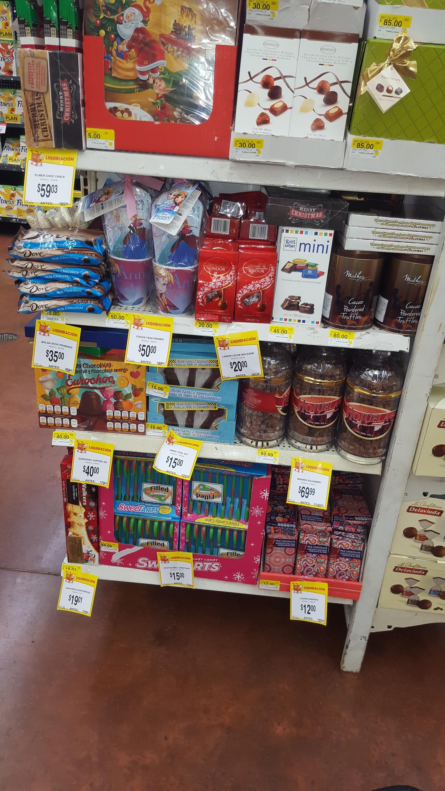chocolates y golosinas navideñas con 50% o mas en Walmart. Ej. Snikers en empaque metálico $12