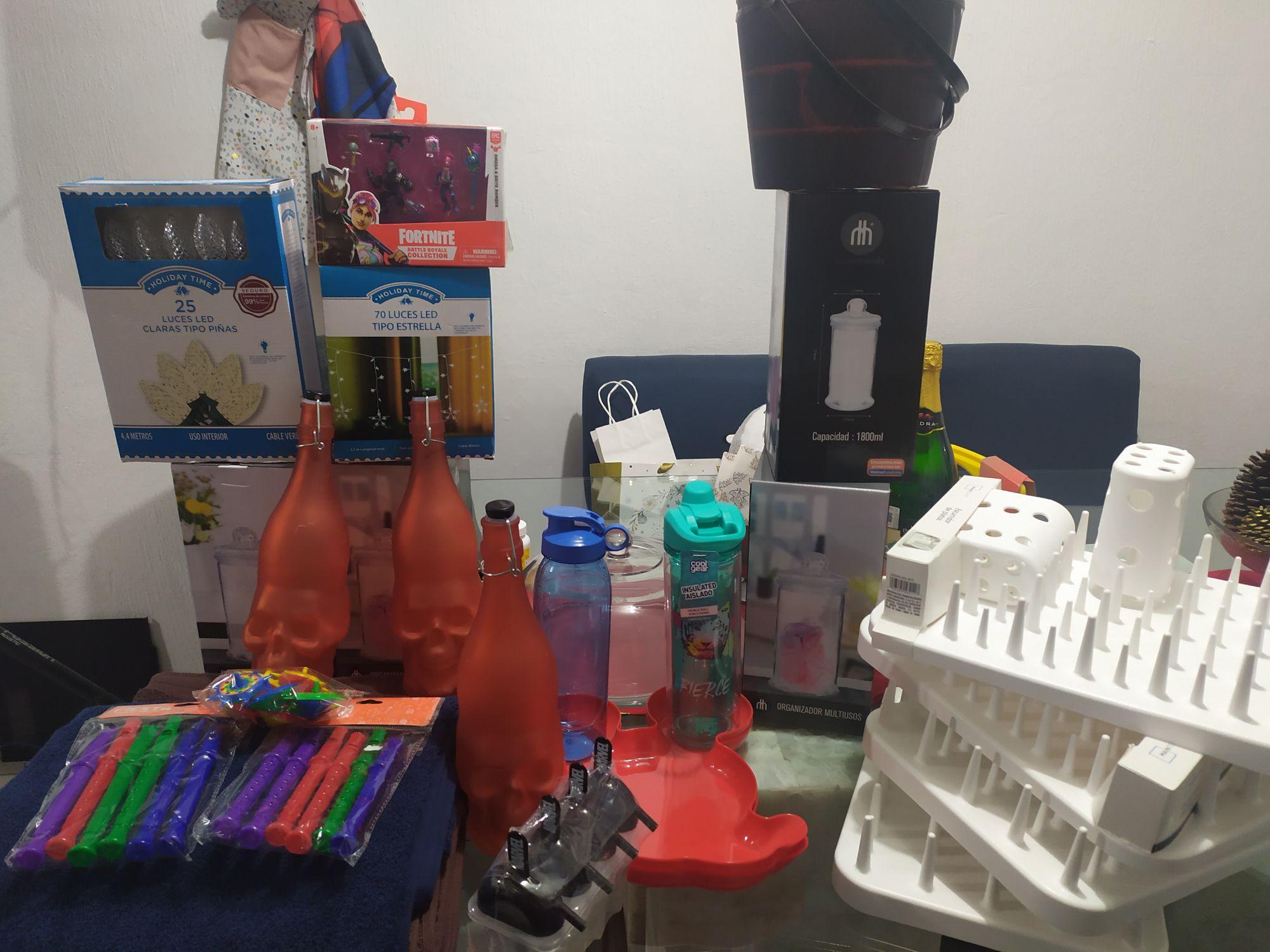 Madriguera Walmart Figura Fornite, luces LED navideñas, toallas gdes. Organizador multiusos
