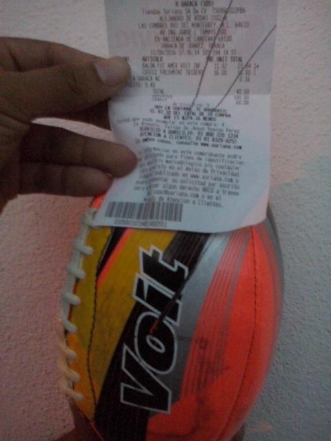 Soriana: Balon de futbol americano Voit a $12