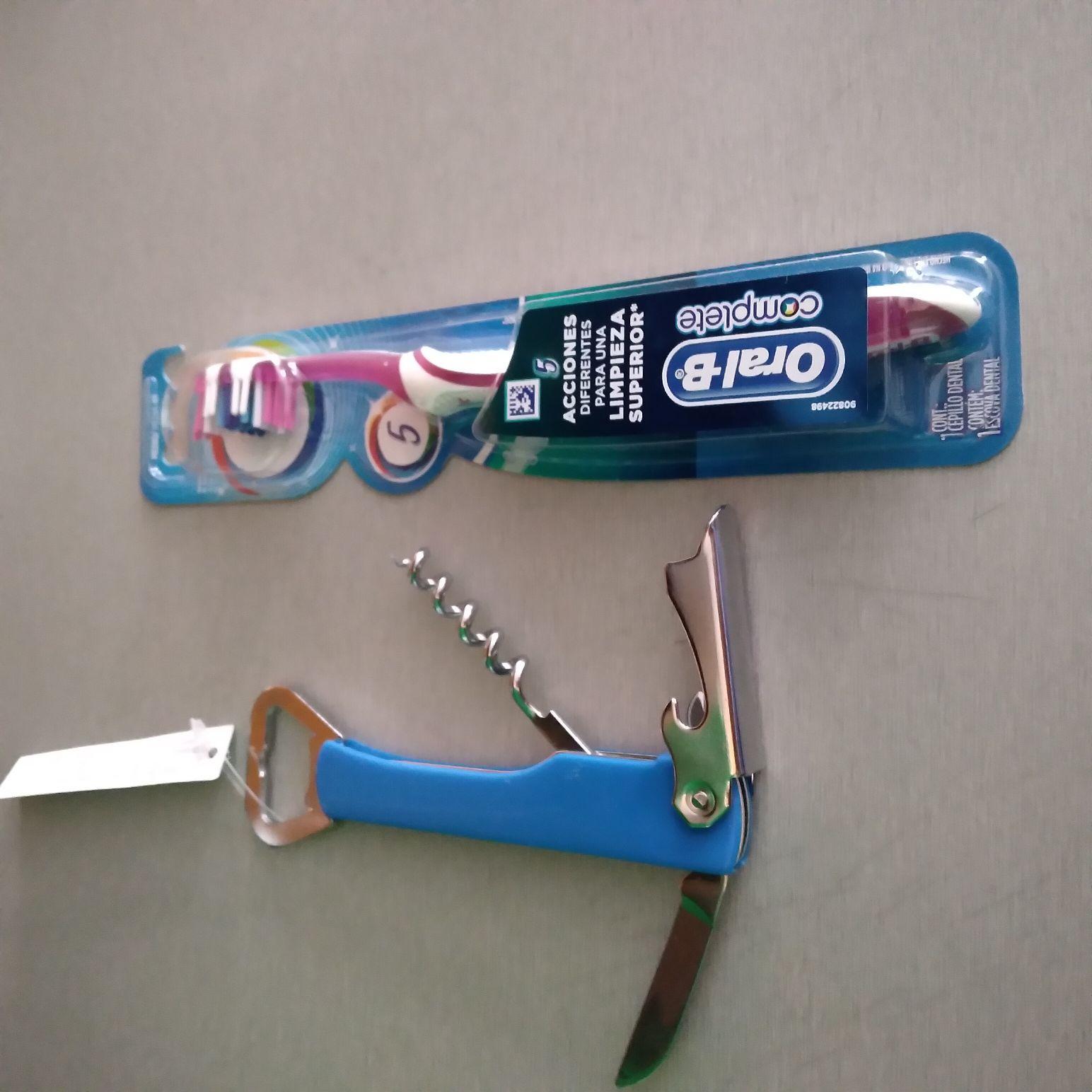 Comprado en bodega aurrera: destapador y cepillo dental