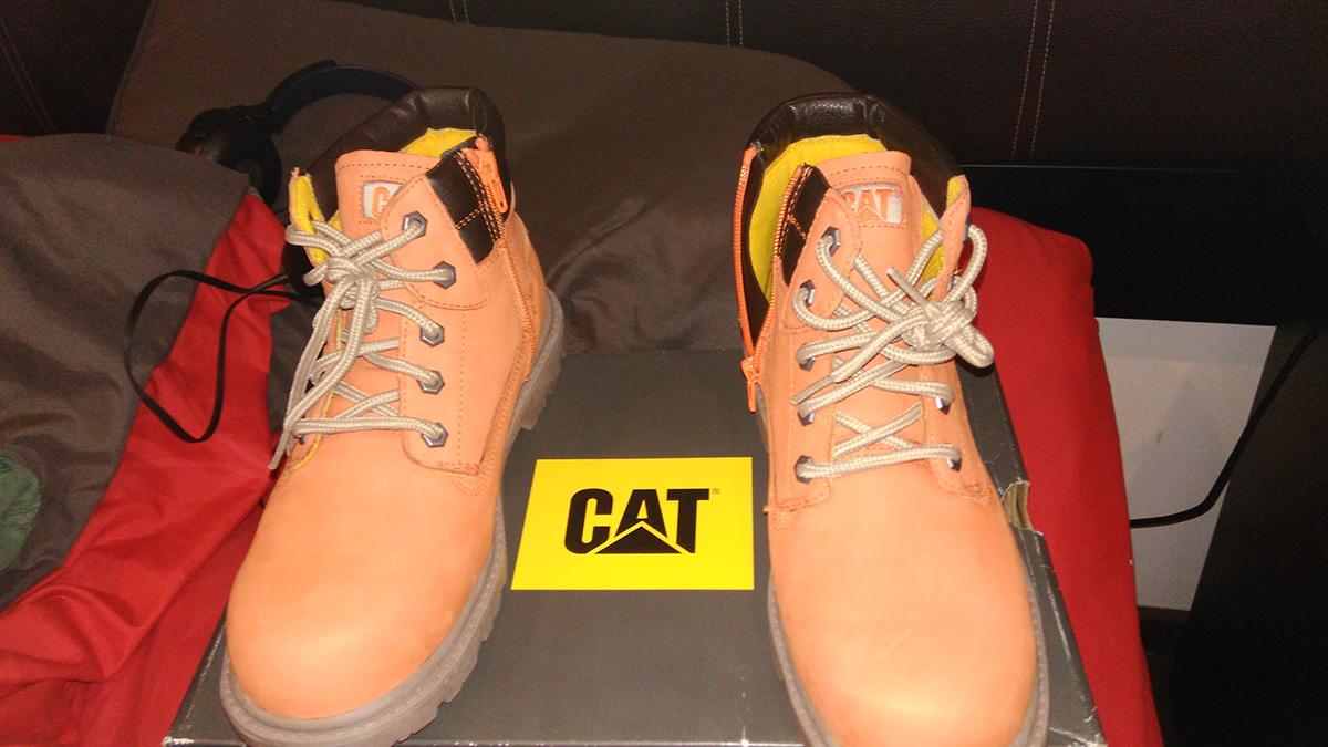 Liverpool: botas CAT naranjas